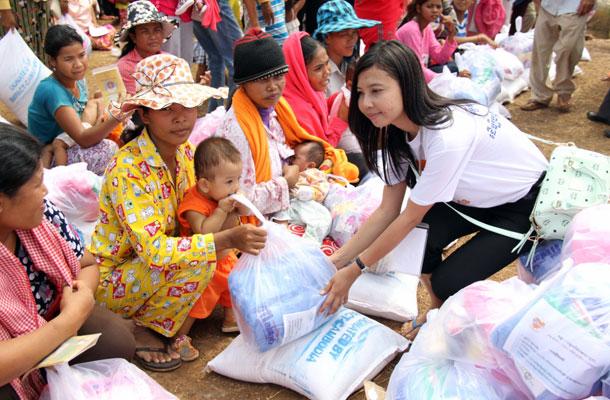 សប្បុរសជនជូនអំណោយដល់អ្នករងគ្រោះដោយទឹកជំនន់នៅខេត្តកណ្ដាល កាលពីថ្ងៃទី១៤ តុលា ឆ្នាំ២០១៣។ Impact Cambodia Photo